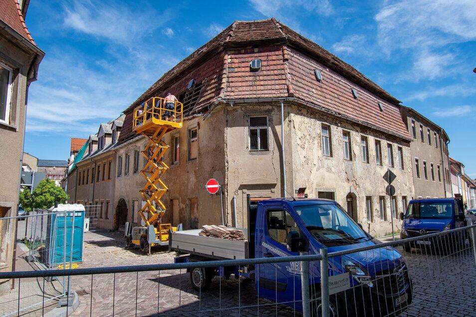 Für die Abrissarbeiten sind die Mittel- und die Querstraße in Roßwein gesperrt.