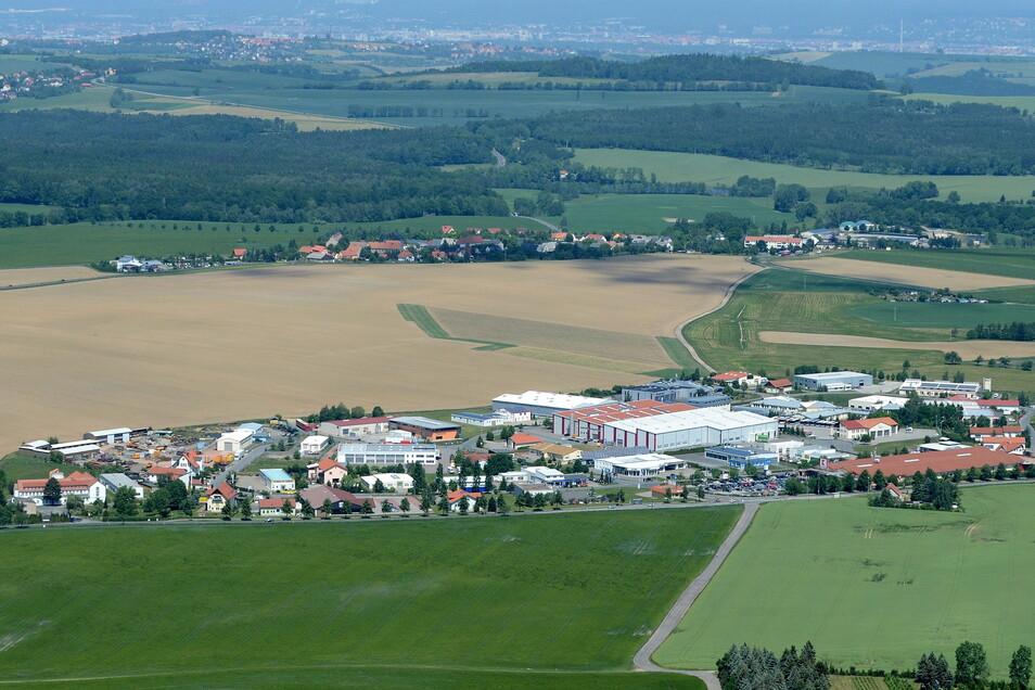 Dieses Luftbild zeigt im Vordergrund das Gewerbegebiet Reinholdshain, dahinter die Erweiterungsfläche in Richtung Oberhäslich.