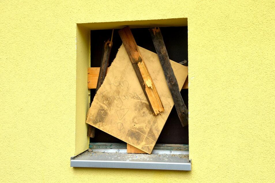 Vernageltes Fenster: Die Stadt hat fristlos dem Betreiber des Jugendclubs Reichenbach gekündigt.