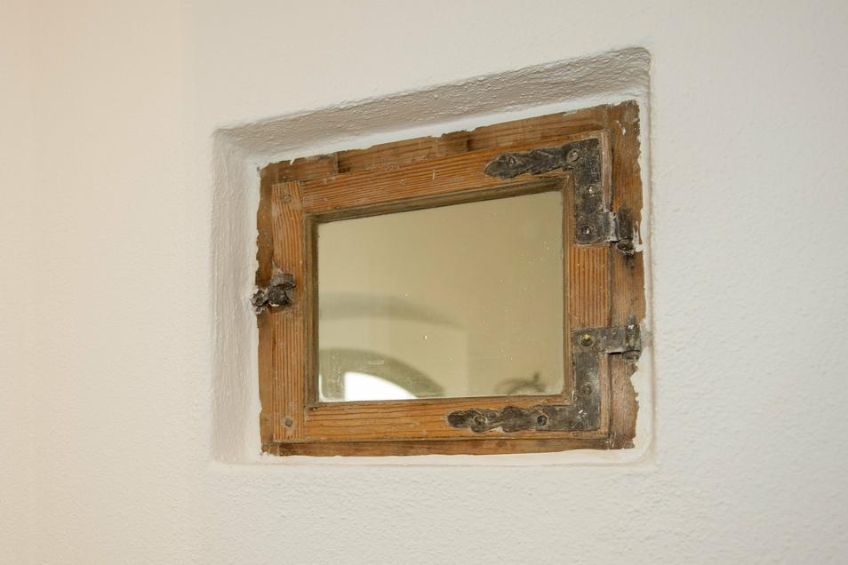 Dieses historische Fensterchen wurde freigelegt und ist nun ein Hingucker im Bad. Es war total zugeklebt.