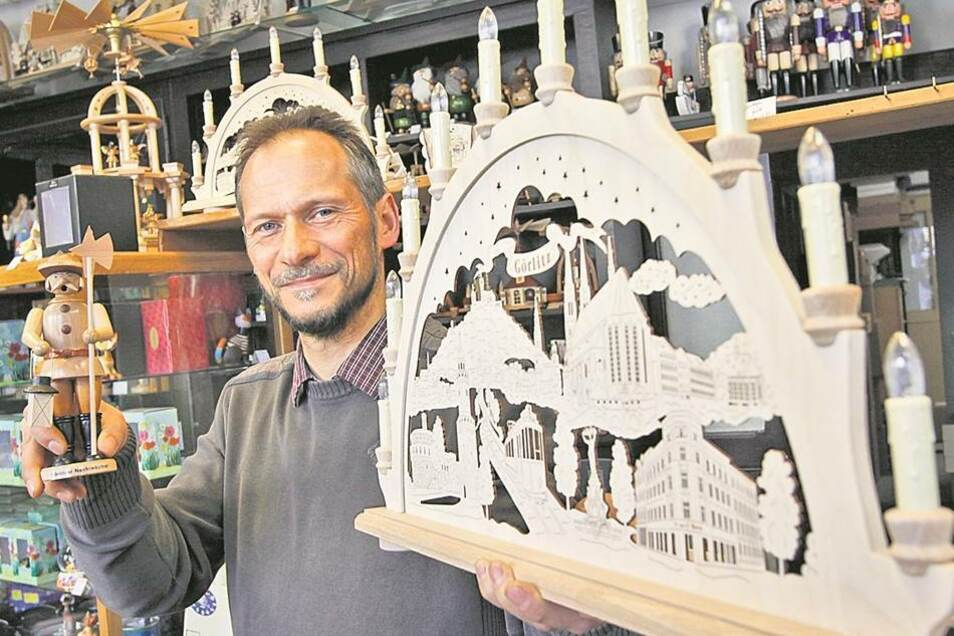 Die Schwibbögen von Andreas Niedrig gehören zu den hochwertigen und sehr beliebten Mitbringseln. Seit fünf Jahren schafft Niedrig neue Bögen mit immer anderen Motiven – beispielsweise den 3D-Schwibbogen mit dem Görlitzer Altstadt-Motiv. Angefertigt werden