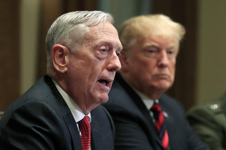 Der frühere US-Verteidigungsminister James Mattis sitzt während eines Briefings mit hochrangigen Militärführern neben US-Präsident Donald Trump.