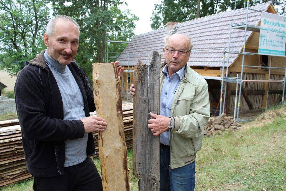 Arnd Matthes (l.) von der Stiftung Umgebindehaus und Dieter Petschel von der Projektgruppe Scharfrichterhaus der Heimatfreunde Neschwitz mit einem historischen und einem neuen Schwartenbrett. Das Scharfrichterhaus kann am Sonntag in Luga besichtigt werden