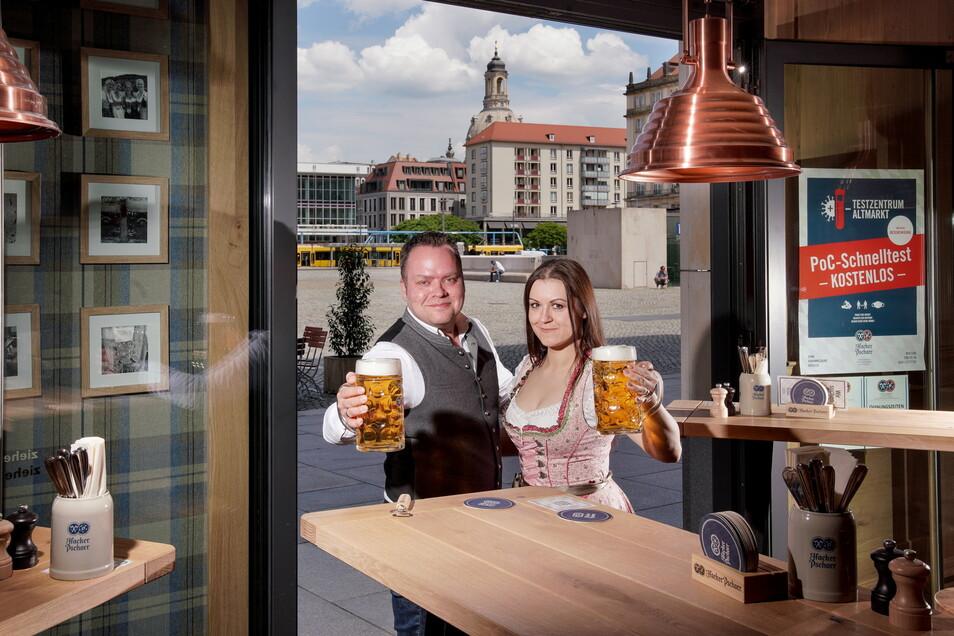 Empfangen wieder Gäste im Innenbereich: Christian Seegerer ist Betriebsleiter im Hacker Pschorr am Altmarkt, seine Frau Marta arbeitet dort als Restaurantleiterin.