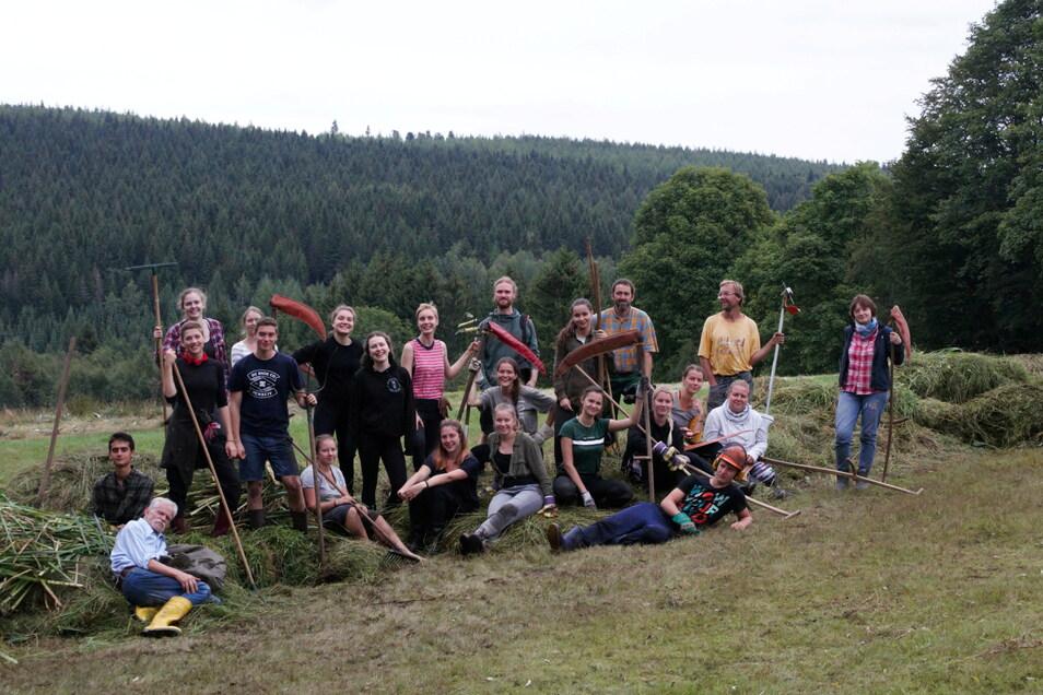 Jens Weber von der Grünen Liga Osterzgebirge (gelbes T-Shirt) holt Studenten aus aller Welt ins Erzgebirge, um ihnen die Schönheiten der Region zu zeigen und um mit ihnen zu arbeiten. Dieses Foto entstand 2019 beim Naturschutzpraktikum.