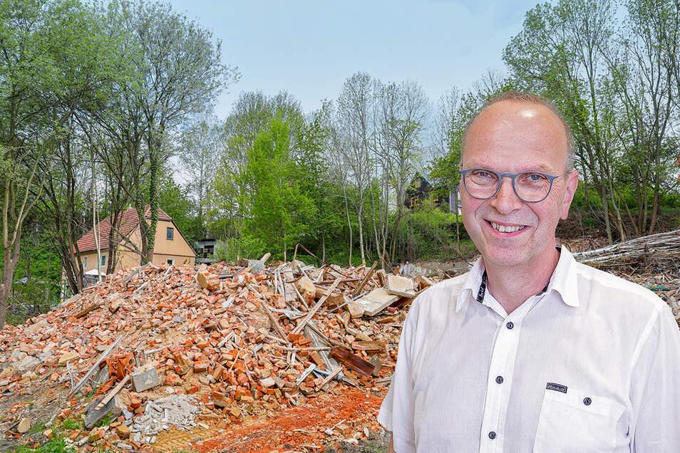 Der Landkreis hat den Gasthof Altlöbau abreißen lassen, weil durch den schlechten Zustand des Gebäudes Gefahr im Verzug war.