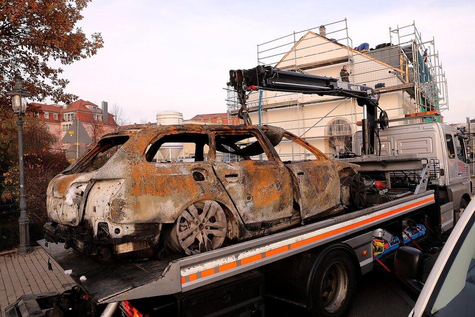 Das ausgebrannte Fahrzeug aus der Kötzschenbroder Straße.