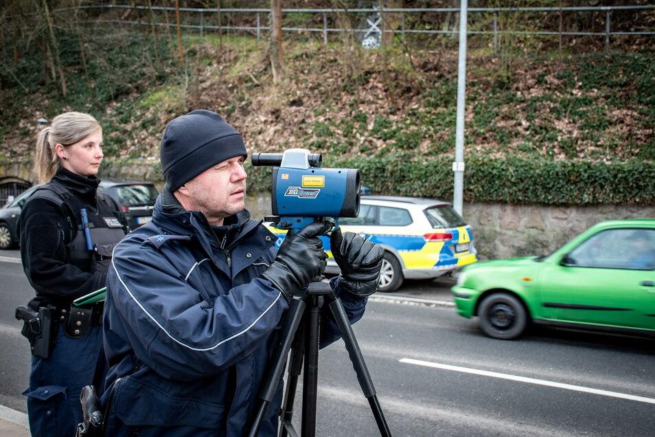 """Im Rahmen der Aktion """"Blitz für Kids"""" ist am Dienstag in Waldheim an der Kriebsteiner Straße geblitzt worden. Die Beamten haben zwei Fahrer erwischt, die zu schnell unterwegs waren."""