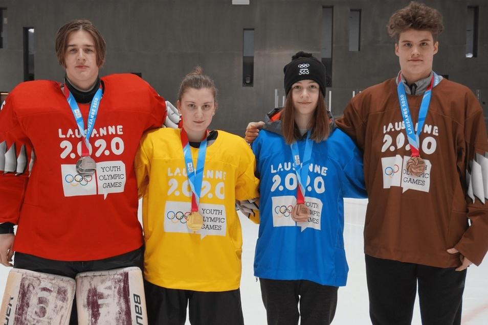 Maya Stöber (mit dem blauen Trikot) hat Bronze bei den  Olympischen Jugend-Winterspielen gewonnen.