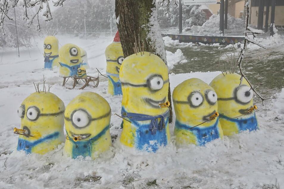 Die Schnee-Minions sind wieder los im Garten von Rocco Häschke in Kottmarsdorf.