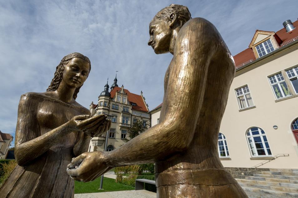 Die beiden Skulpturen stehen im Hochzeitsgarten neben dem Radebeuler Standesamt.
