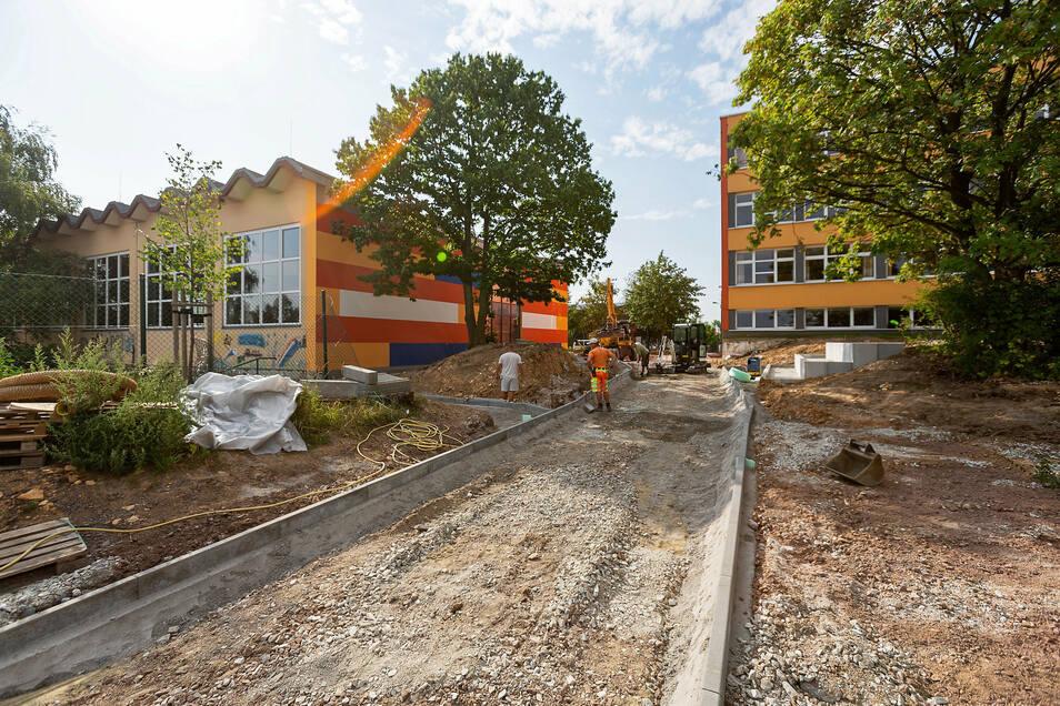 Noch wird der Pflaster-Weg zur neuen Dreifeld-Sporthalle gelegt. Die alte Sporthalle soll bald umgebaut werden.
