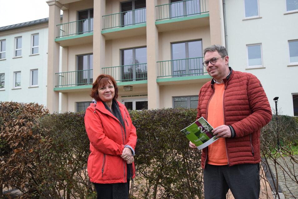 Bildungswerk-Mitarbeiterin Elke Bredemann und BKS-Geschäftsführer Lutz Barthel mit der 25-Jahr-Broschüre vor der Geschäftsstelle Schulstraße 15.