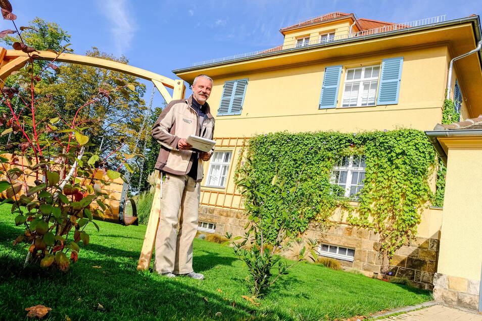 Alfred-Naumann-Straße, nahe dem Rosa-Luxemburg-Platz: So geht es auch. Robert Bialek vor einem Gebäude der Radebeuler Besitzgesellschaft, welches in seiner ganzen Schönheit samt Garten für Mieter erhalten wurde.