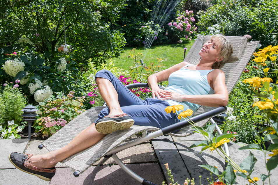 Entspannt im Garten liegen, während sich der Rasensprenger automatisch um die Bewässerung kümmert.