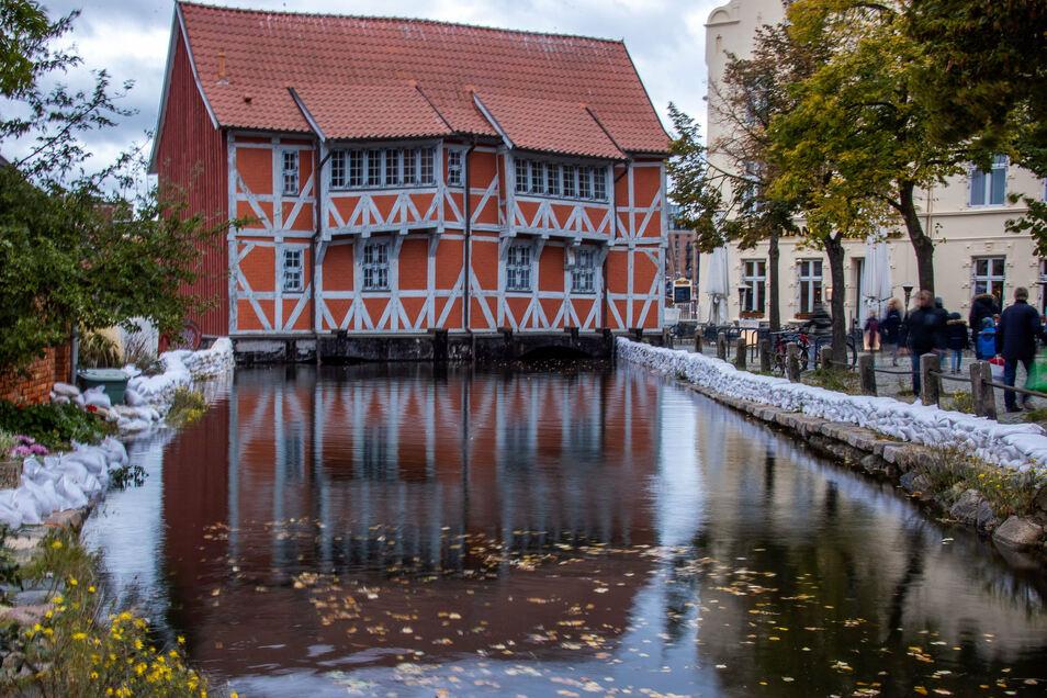 Mit Sandsäcken sind Gebäude am Stadthafen von Wismar vor dem Hochwasser geschützt.