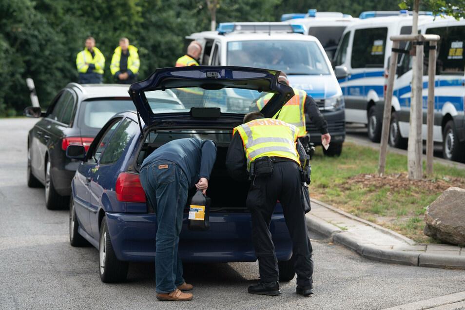 """Auch am A4-Parkplatz """"Löbauer Wasser"""" kontrollieren die Beamten Fahrzeuge:"""