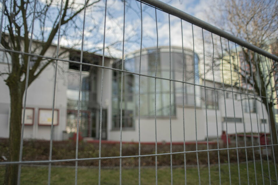 Das künftige Impfzentrum für den Landkreis Bautzen wird in Kamenz in der Sporthalle am Gymnasium eingerichtet. Bauzäune sperren das Areal ab.