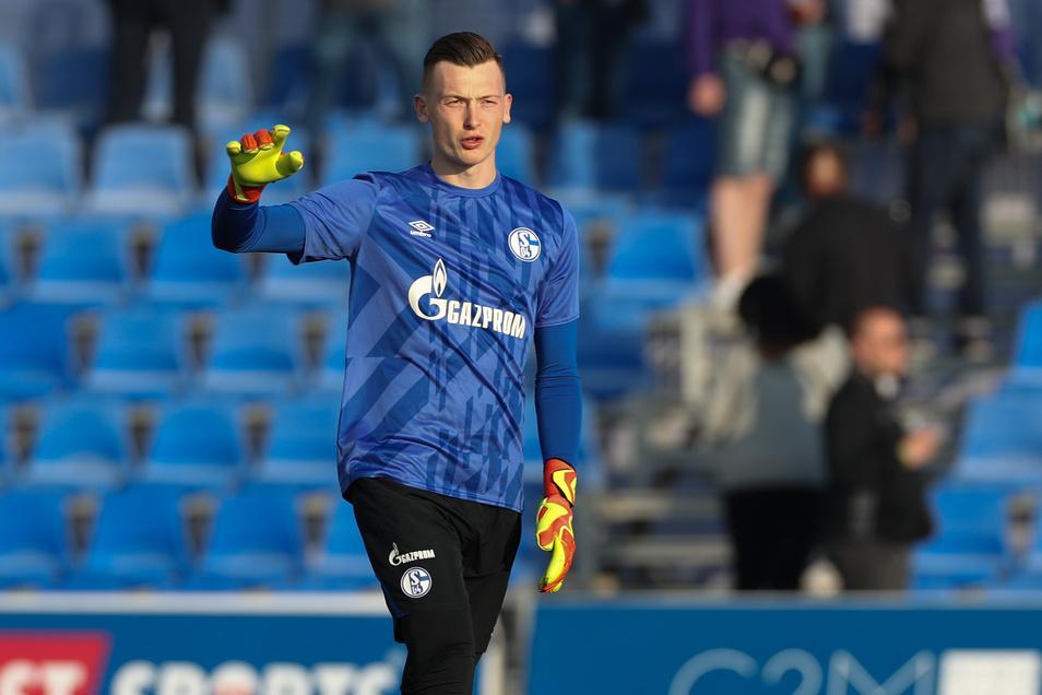 Schalke-Torwart Markus Schubert gibt seinen Mitspielern Anweisungen.