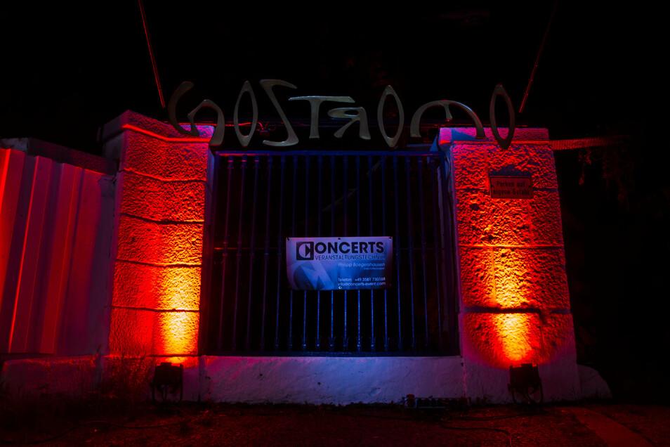 """Das Nostromo Görlitz wurde an einem Juniabend in rotes Licht getaucht. Dahinter verbarg sich ein Zeichen der Kulturschaffenden, die in der Corona-Krise nicht vergessen werden wollen. Unter dem Motto """"Night of Light"""" lief die Aktion deutschlandweit."""