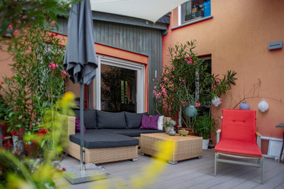 Natürlich gibt es auch am Haus eine Terrasse zum Ausspannen.