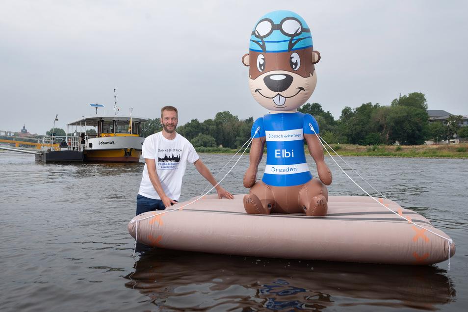 Daniel Baumann mit dem schwimmenden Maskottchen Elbi. Am Sonntag zum größten Flussschwimmen Dresdens, wird nur einer von ihnen im Wasser sein, denn der neue Organisator wird das Geschehen vom Ufer aus überwachen.