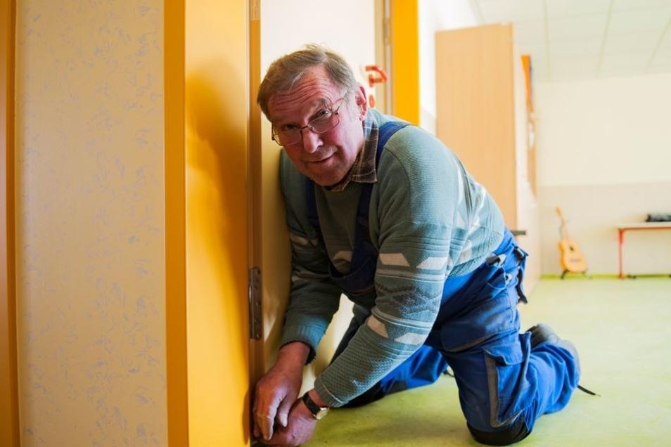 Einstellung: Wolfgang Stange von der gleichnamigen Tischlerei bei der Einstellung der Schallschutztüren.