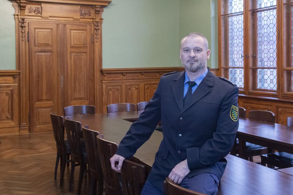 Der Besprechungsraum im Polizeirevier Riesa war mal ein Gerichtssaal. Chef dort ist Andreas Wnuck - und der kommt nun zum Kaffeeklatsch.