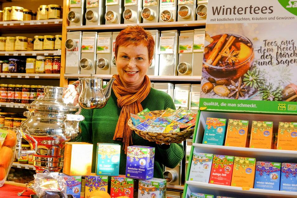 Sabine Görner hat in ihrem Geschäft einen Samowar sowie verschiedene Teemischungen zum Probieren aufgebaut. Zu jedem Tee gibt es ein Märchen.
