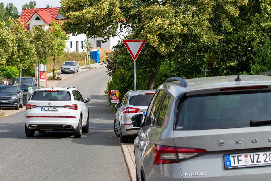 Ein Pkw nähert sich der Kreuzung. Die Kreuzung auf der Straße An der Baumschule in Wilsdruff kann schon als sehr gefährlich beschrieben werden. Den Verkehrsteilnehmern wird erst im letzten Moment klar, dass hier kein Rechts vor Links gilt.