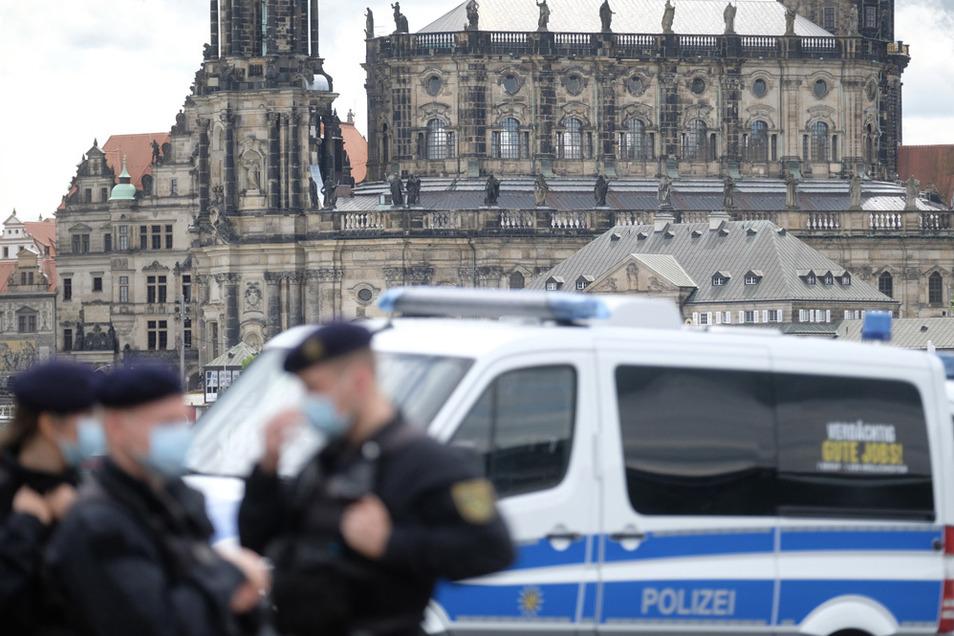 Dresden: Polizisten stehen am Ufer der Elbe, im Hintergrund die Hofkirche.