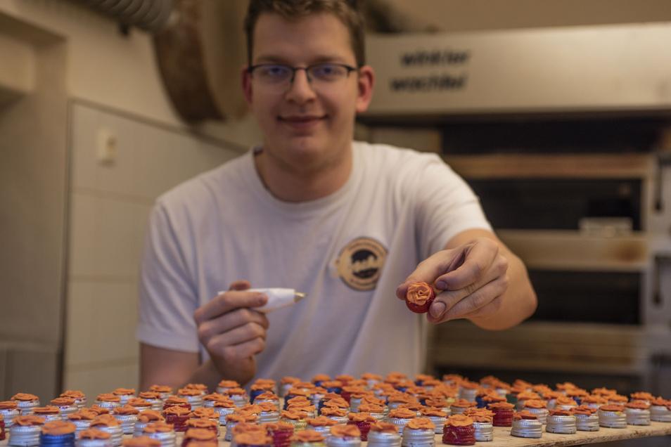 Übung macht den Pfefferküchlermeister: Martin Kotzsch formt perfekt die Zuckerröschen zur Garnierung von Pfefferkuchen. Das wird auch beim Tag der offenen Tür bei Löschners zu sehen sein – diesmal leider ohne die anderen Pulsnitzer Pfefferküchler.