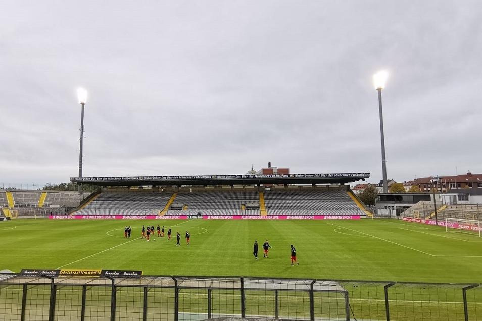 Willkommen in München, willkommen im Stadion an der Grünwalder Straße. Gespielt wird heute unter Ausschluss der Öffentlichkeit, also ohne Zuschauer.