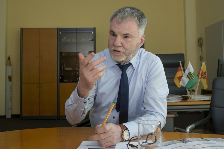 Oberbürgermeister will Uwe Rumberg bleiben, aber mit seiner Partei rechnet er ab. Von der Parteilinie abweichende Meinungen würden intern nicht gehört, ja seien sogar unerwünscht.