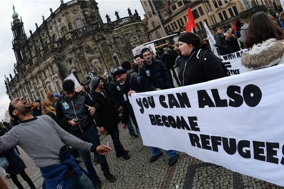 """""""Auch Du kannst ein Flüchtling werden"""" steht sinngemäß auf diesem Plakat."""
