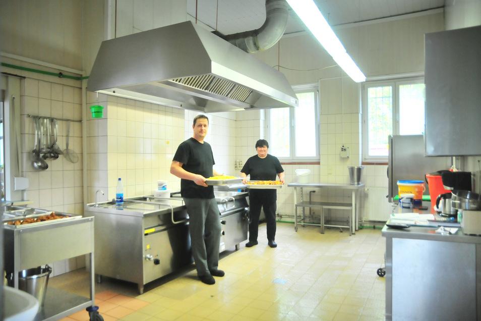 Petra Damme und Heiko Laubstein freuen sich in der Kalkreuther Schulküche schon auf die Modernisierung.