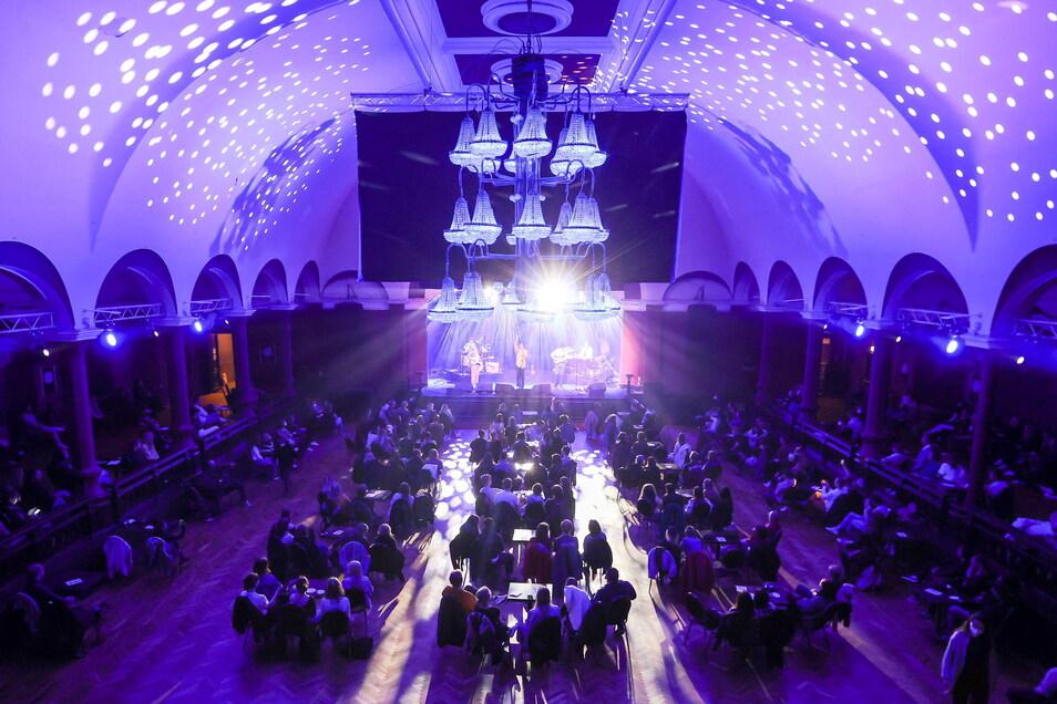 Konzertbesucher sitzen in einem Konzert des Musikers Fil Bo Riva im Leipziger Felsenkeller. Der Saal war mit Stühlen und Tischen und mit eineinhalb Meter Abstand zueinander aufgebaut. Die Maskenpflicht herrschte überall, außer am eigenen Platz.