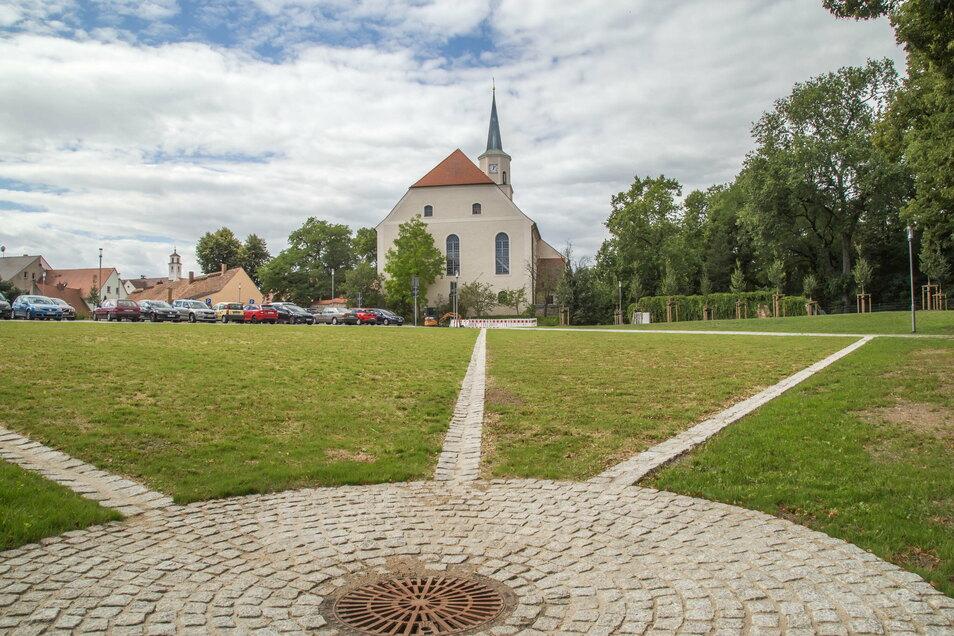 Der Schlossplatz in Rothenburg wurde saniert und zum Parkplatz umgebaut.
