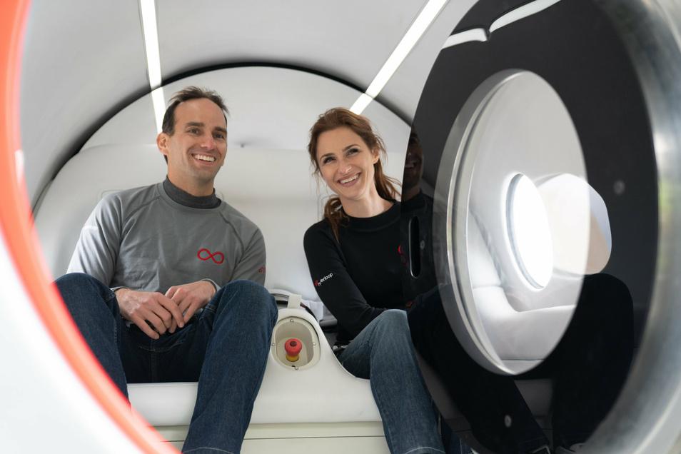 Technologievorstand Josh Giegel (l) und und Sara Luchian, Leiterin Passagierkomfort bei Virgin Hyperloop, an Bord der Super-Hochgeschwindigkeits-Kapsel des Hyperloop-Transportsystems.
