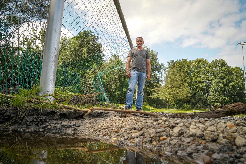 Die Deckschicht des Hartplatzes in Wilthen war erst voriges Jahr erneuert worden. Vorletzte Woche spülte das Hochwasser große Teile davon weg. Sven Knop, der sportliche Leiter, und der restliche Vereinsvorstand hoffen nun auf eine flutsichere Lösung.