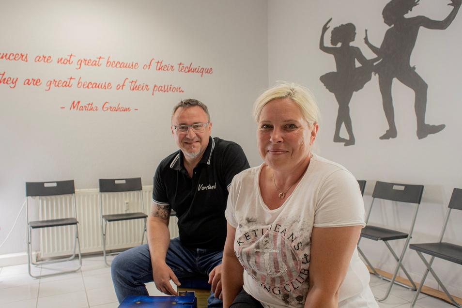 Sie haben die Fäden des Vereins der Tanz- und Theaterwerkstatt Pulsnitz in der Hand: Nancy Wippich und Thomas Garten vom Vorstand. Hier sitzen sie im neuen Umkleideraum für die Tänzer.