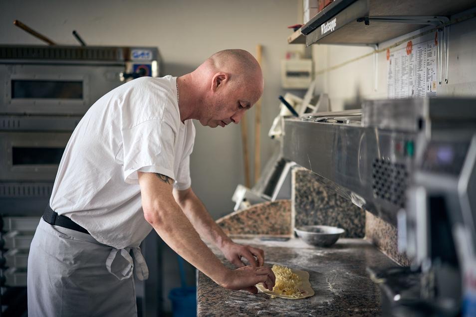 """Mehl, Wasser Hefe und Sonnenblumenöl kommen in Enrico Krauses Teig. Kein Olivenöl - """"das kaltgepresste macht den Teig hart"""", sagt er."""
