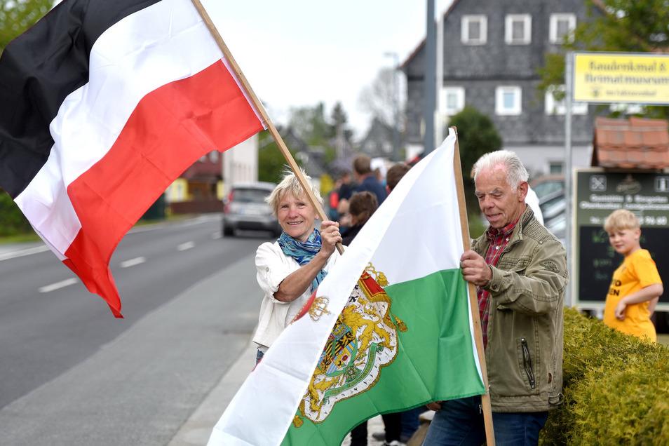 Ingrid Weitz schwenkt am 17. Mai eine Fahne mit den Farben des Deutschen Reichs an der B96.
