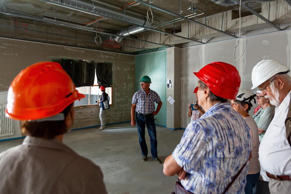 In diesem Raum treffen sich die Lehrer Die pensionierten Lehrer wollten von Bauamtsleiter André Börner (Mitte) genau wissen, wie das künftige Lehrerzimmer aussieht und wie die Schule gesichert wird.