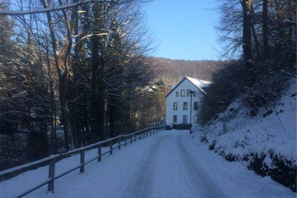 Pirna-Neundorf. Dieses Bild zeigt unsere Straße und unser Haus, schreibt Thomas Starke aus Pirna. Verschneite Straßen können auch reizvoll sein.