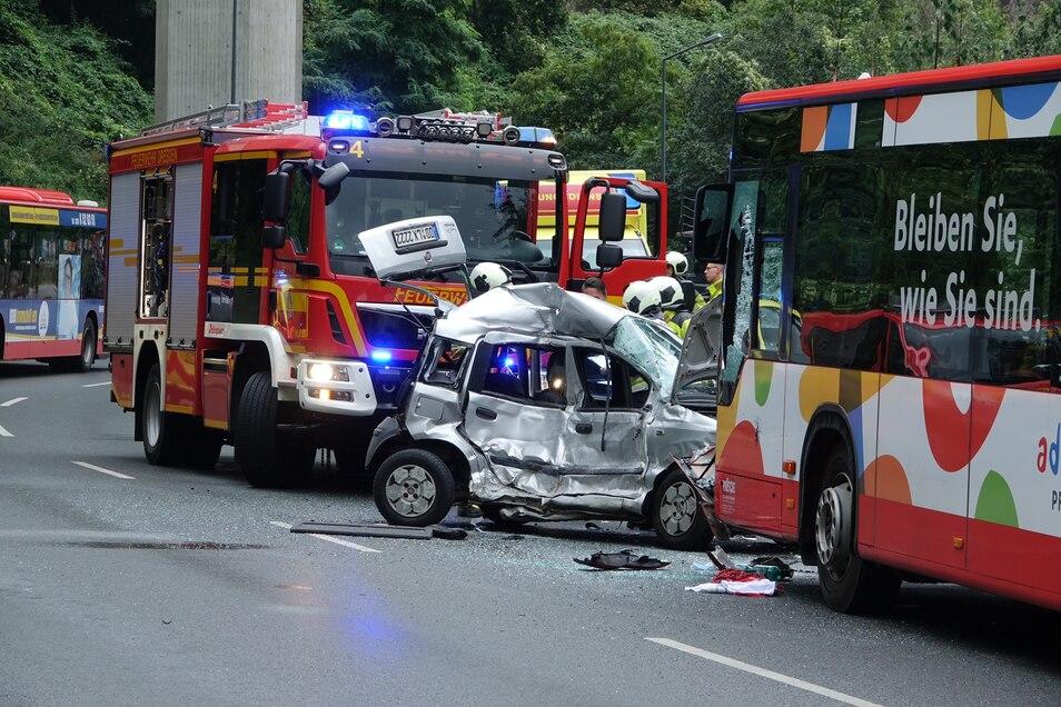 Der Kleinwagen geriet ins Schleudern, der Bus konnte nicht mehr ausweichen.