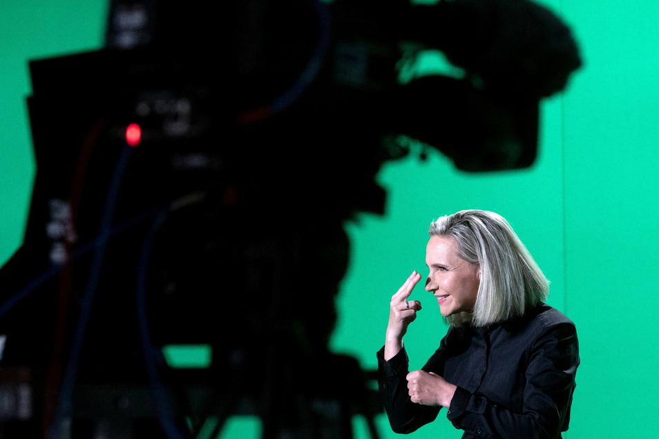 """Die Gehörlosen-Dolmetscherin Antje Seifert übersetzt in einem Studio des Mitteldeutschen Rundfunks (MDR) einen neu produzierten """"Polizeiruf 110"""" in Gebärdensprache."""