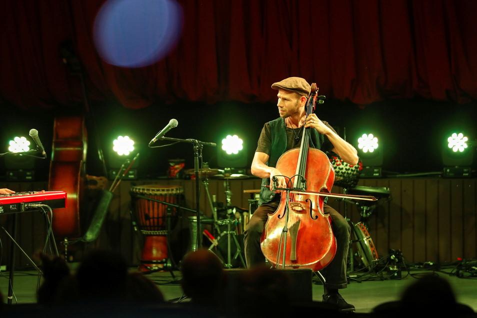 Die Band Trojka ist zwar eher kammermusikalisch angelegt und mischt Elemente aus Weltmusik, Polka, Klezmer, Rock und Klassik zu einem effektvollen Klangteppich.