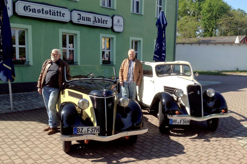 """Vor Hoyerswerdas Gaststätte """"Zum Adler"""": links Jürgen Haink, Präsident des Motor-Veteranen-Clubs, an seinem Ford Eifel Roadster von 1937, rechts Reinhard Haink an seinem Ford Eifel (Cabrio-Limousine, Viersitzer) von 1936."""