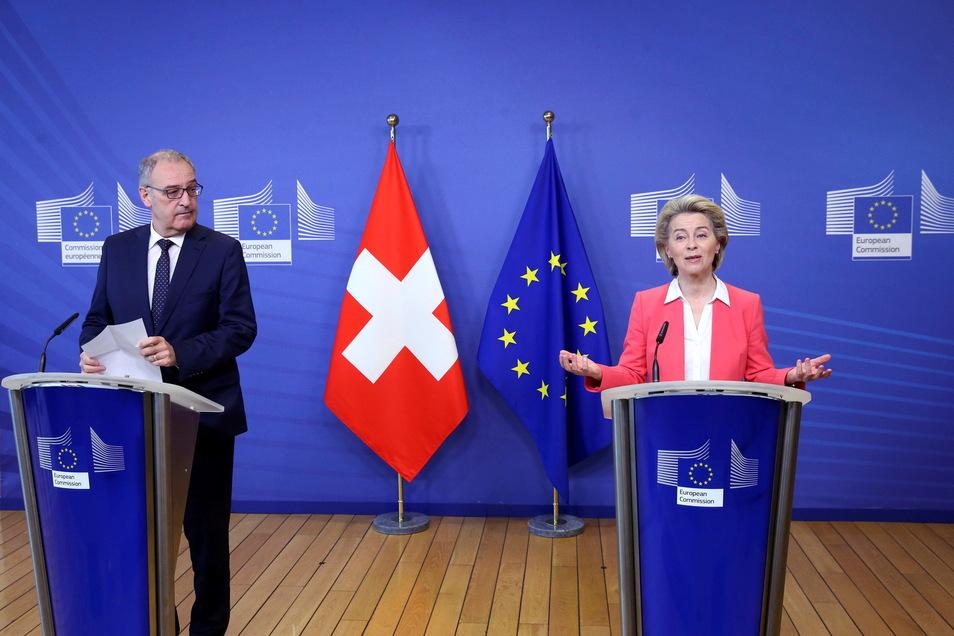 Ursula von der Leyen (r), EU-Kommissionspräsidentin, und Guy Parmelin, Bundespräsident der Schweiz: Nach sieben Jahren beendet die Schweiz die Verhandlungen über ein Rahmenabkommen zu den bilateralen Beziehungen.